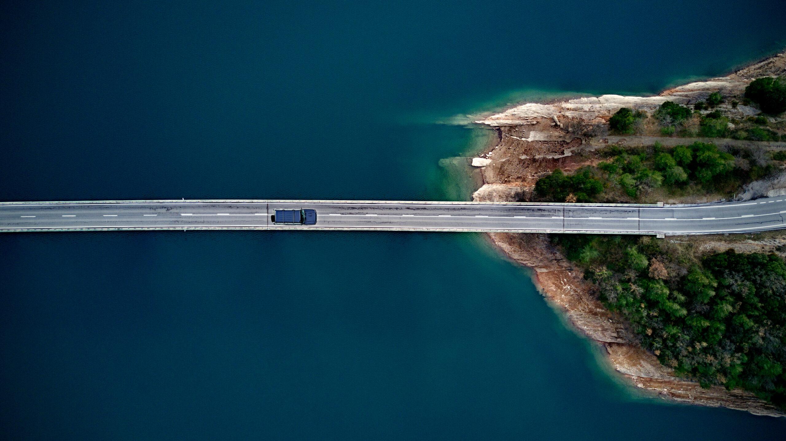 自然な環境で走っているトラックの写真です。