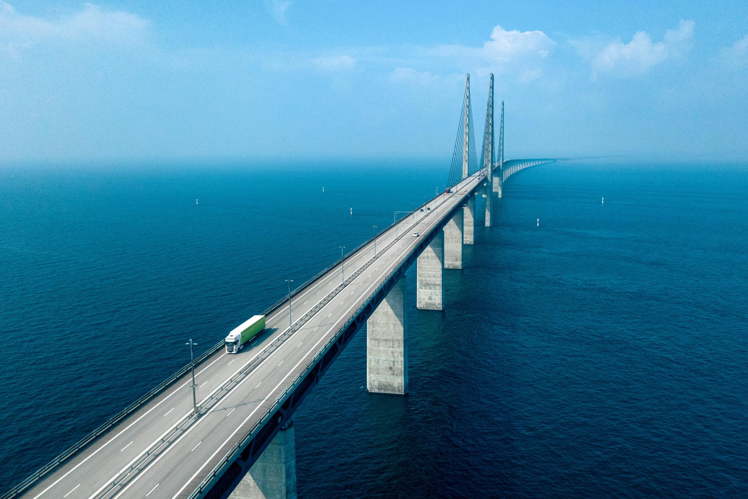 橋を渡っているトラックの写真です。