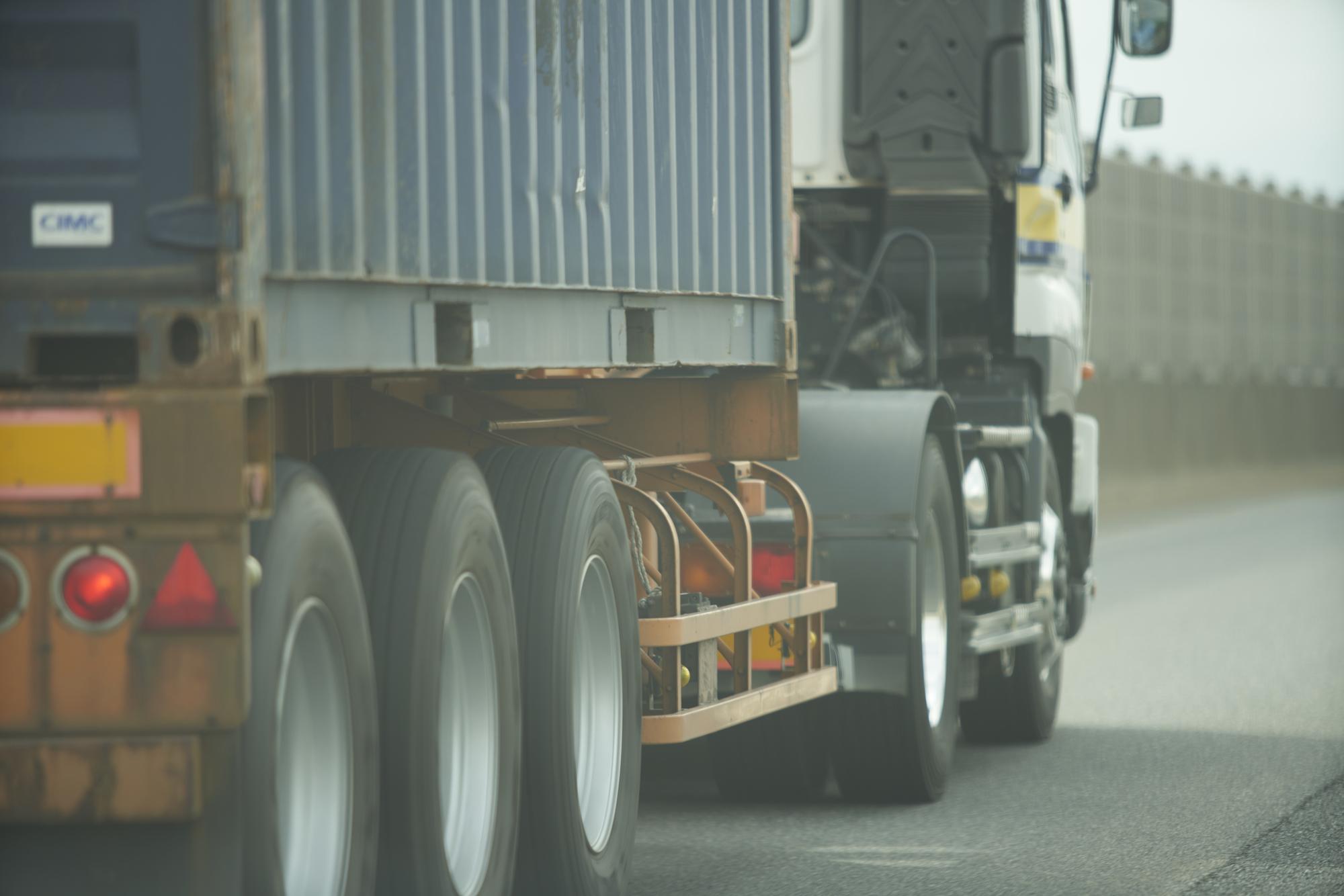 走っている重量運搬トラック