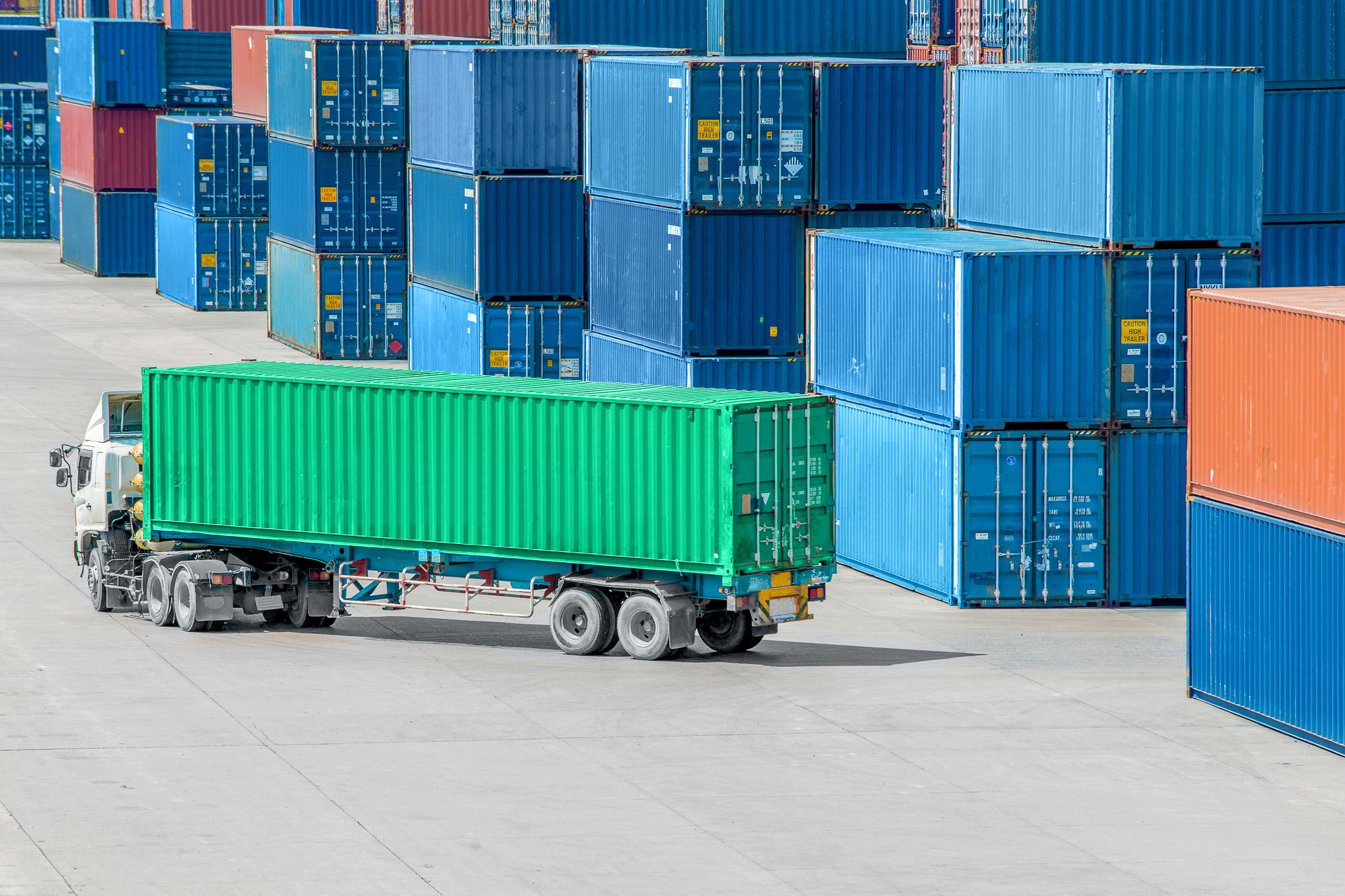 湾岸運送のトラックの写真です。