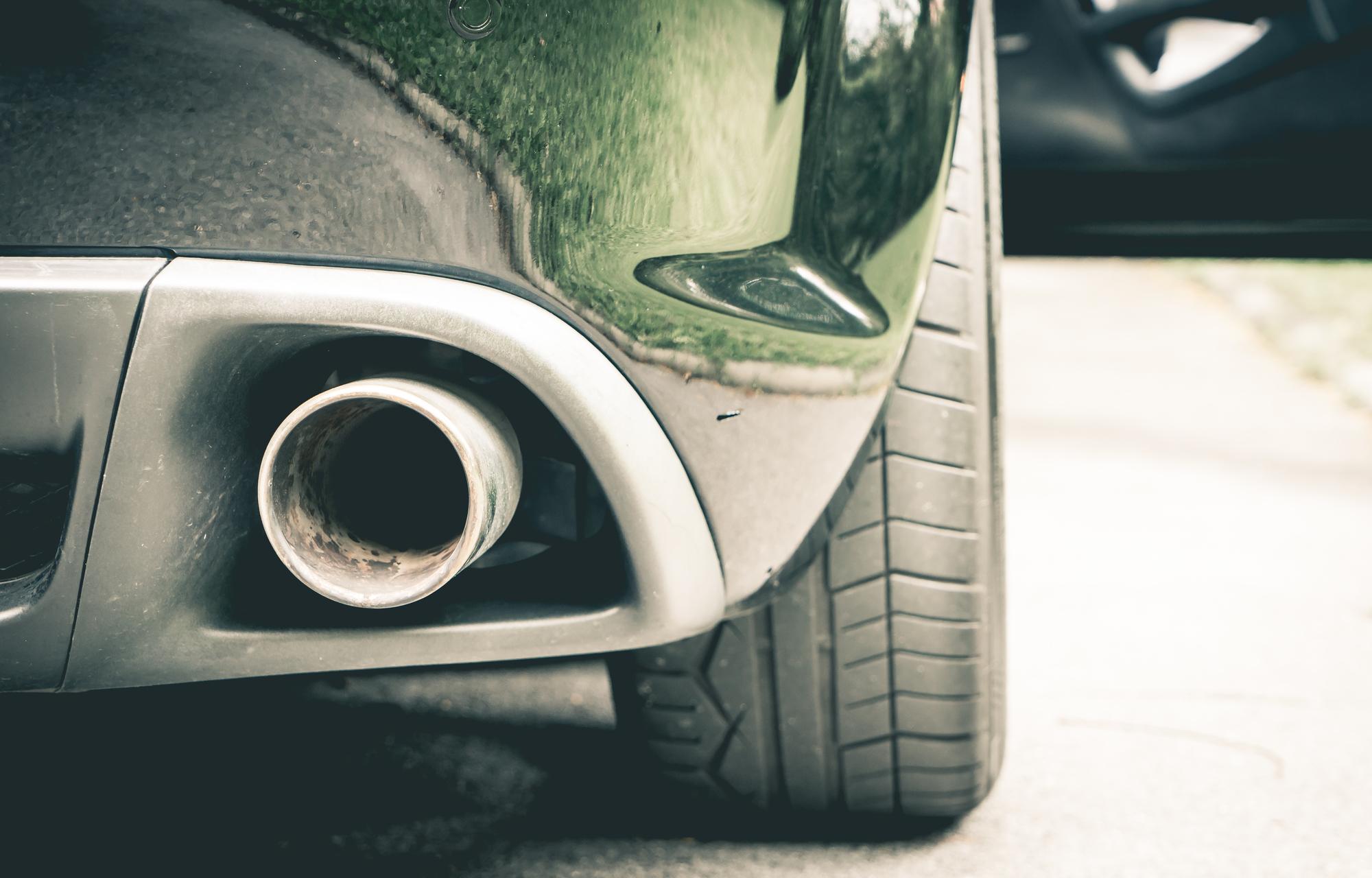 自動車のマフラーの写真